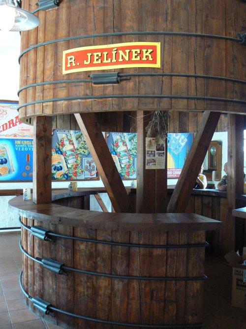 Bar, vytvořený ze staré dřevěné nádoby na zrání slivovice