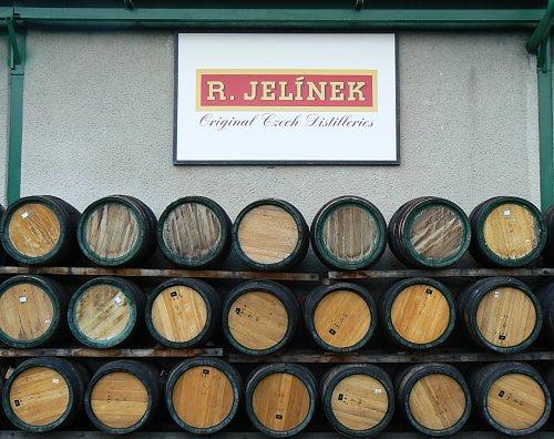Větší množství dřevěných sudů a logo firmy Jelínek