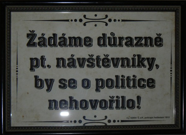 tabule s textem Žádáme pt. návštěvníky by se o politice nehovořilo!