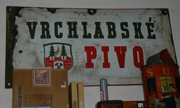 historická tabule s nápisem Vrchlabské pivo a znakem Vrchlabí