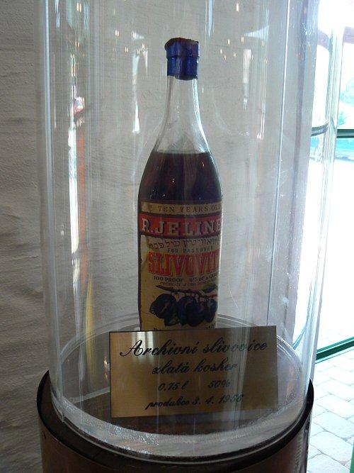 Láhev archivní zlaté kosher slivovice z roku 1956