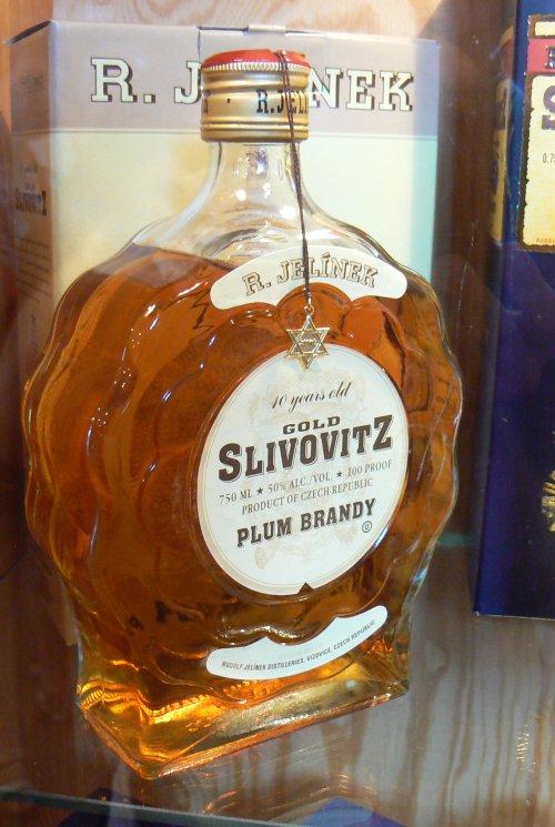 Láhev slivovice, vyrobená podle požadavků židovské víry na kosher potraviny